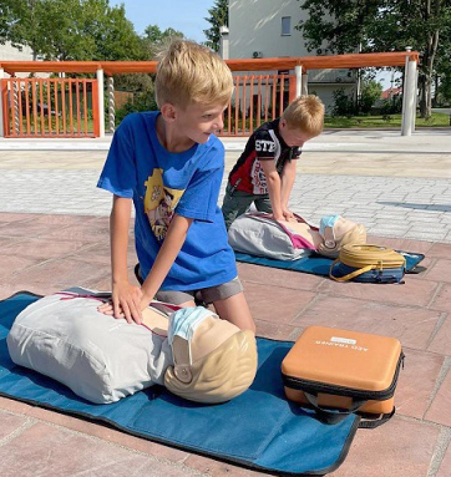 Defibrylator AED w parku