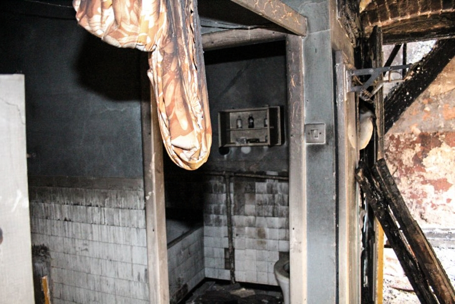 W pożarze pustostanu zginął pomieszkujący tam 44-latek