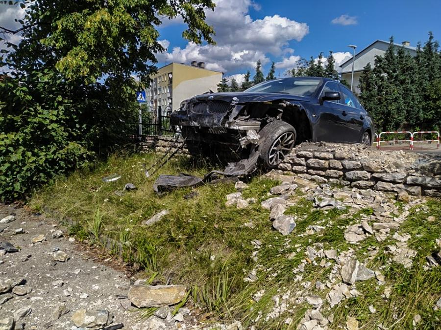 Samochód wjechał w ogrodzenie Zespołu Szkół