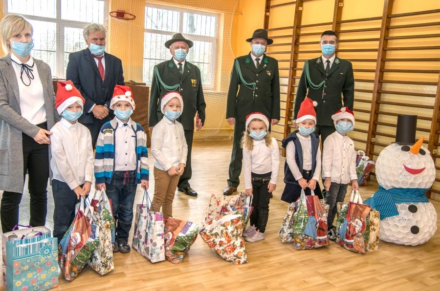 Dzieci z Poręby Dzierżnej obdarowane prezentami