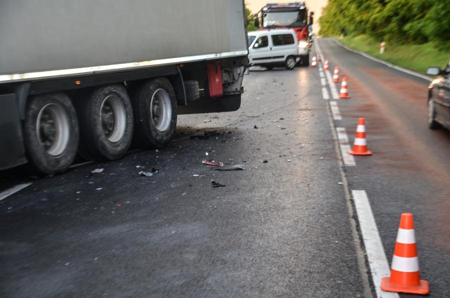 Zderzenie samochodu osobowego z ciężarówką