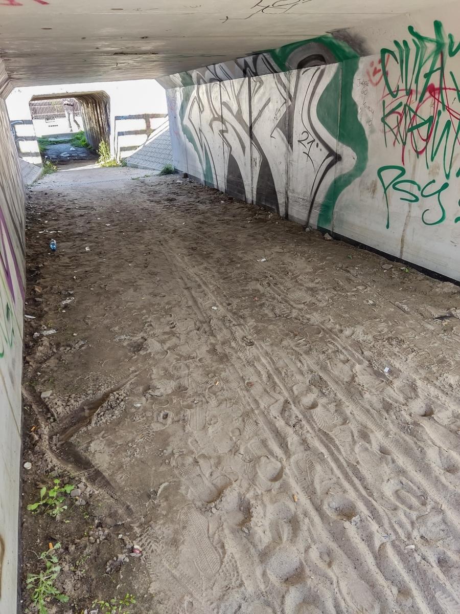 Nie najlepszy stan tunelu pod torami