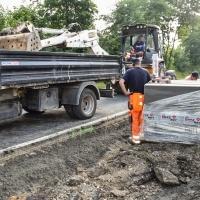 Trwają prace przy budowie chodnika w Wierzchowisku